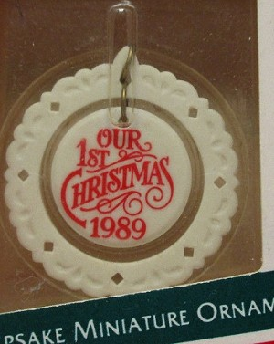 1989 First Christmas Together Cameo *Miniature Hallmark Keepsake Ornament 850QXM564-2