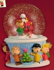 2005 Peanuts A Charlie Brown Christmas Snow Globe Table Topper Hallmark Keepsake Ornament QFM6482