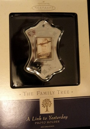 2002 Family Tree Photo Holder A Link to Yesterday Hallmark Keepsake Ornament QP1313